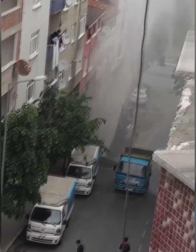 Gaziosmanpaşa'da patlayan borudaki su metrelerce fışkırdı