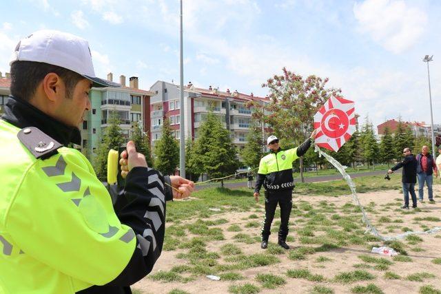 Minik öğrenciler polislerle fidan dikti, uçurtma uçurdu