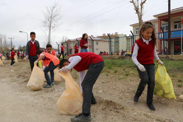 Yüksekova'da öğrenciler daha temiz çevre için çöp topladı