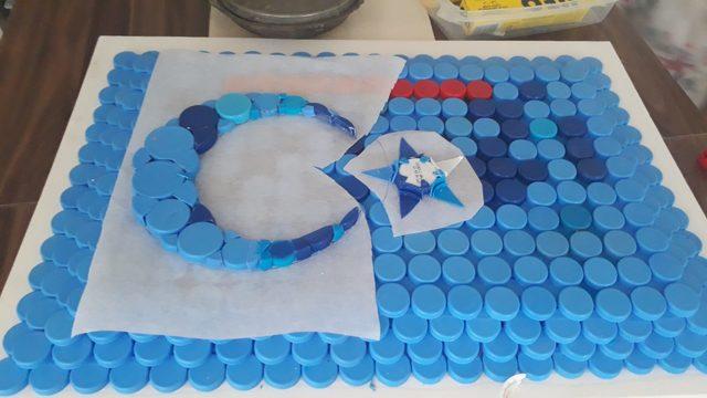 Öğrenciler mavi kapaklardan Türk bayrağı, yunus ve kır çiçeği yaptı