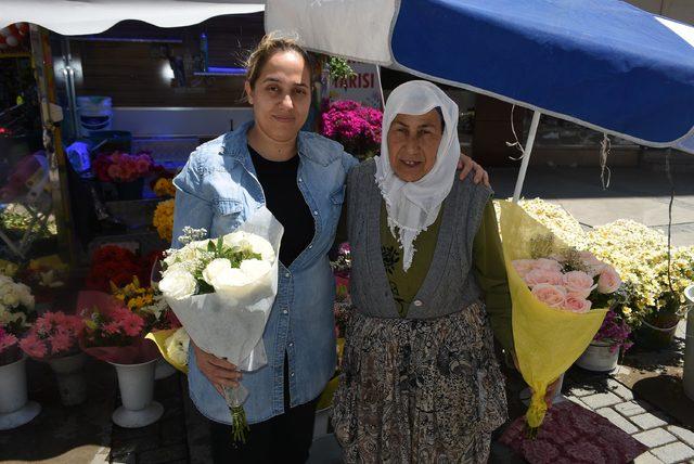 Anneler Günü'nde çiçek satan annelere evlatları destek verdi