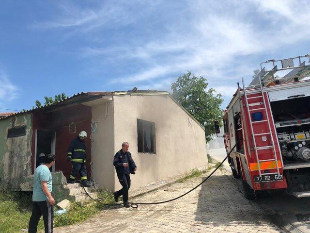 Metruk bir evde çıkan yangın itfaiye ekiplerince söndürüldü