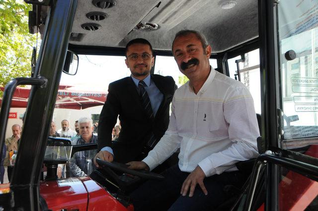 tunceli-belediyesine-yerli-uretim-traktor-hediye-etti_6681_dhaphoto2