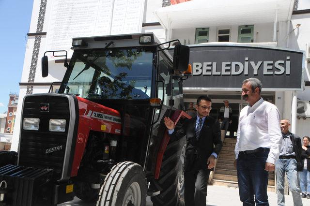 tunceli-belediyesine-yerli-uretim-traktor-hediye-etti_6681_dhaphoto3