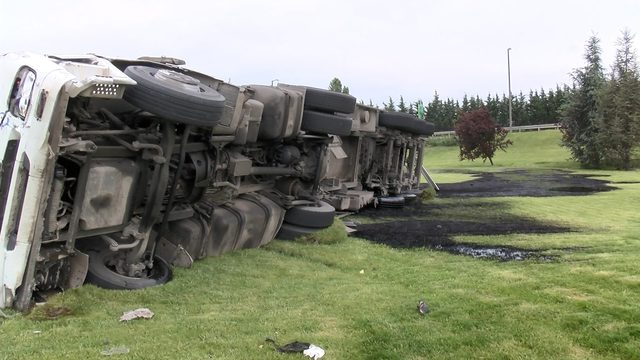 Çatalca TEM Otoyolunda zift yüklü tanker devrildi