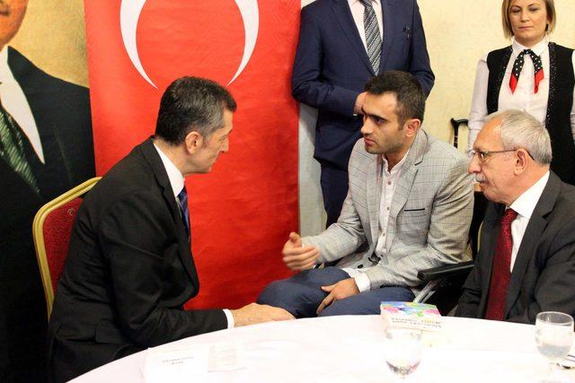 Bakan Selçuk, engelli öğretmen ve öğrencilerle iftar yaptı