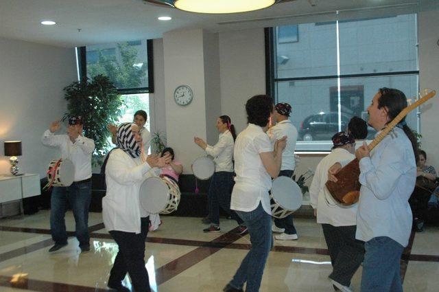 Engelli gençler müzik ve dans ile engellere çengel attı