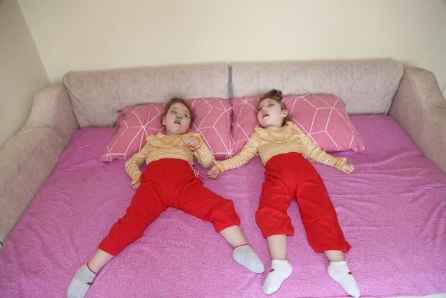 Kastamonu'da ikizlerin hastalığına teşhis konulamıyor