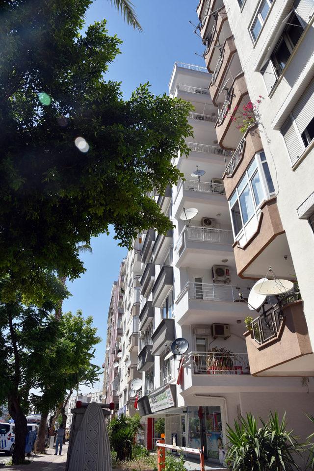 babasiyla-kavga-etti-7nci-kattan-esyalari-atti_8025_dhaphoto5