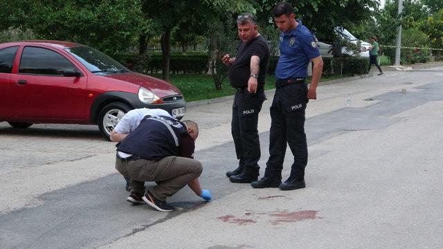Otomobiliyle seyir halindeyken silahlı saldırıya uğrayan gece kulübü sahibi yaralandı