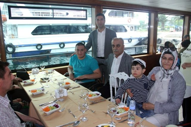 Kartal Belediyesi'nden engellilere iftar yemeği ve boğaz turu