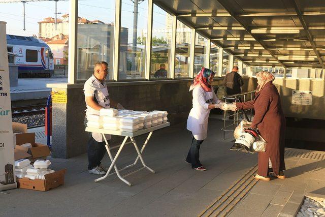 Başkan Kalaycı, tren yolcularına iftarlık dağıttı
