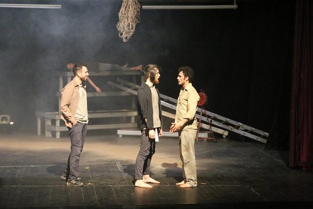 Soma maden faciasında hayatını kaydedenler sahnede anıldı