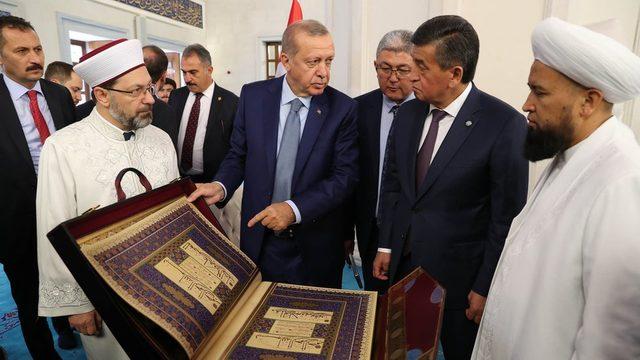 Diyanet İşleri Başkanı Ali Erbaş, Cumhurbaşkanı Recep Tayyip Erdoğan ve Kırgızistan Cumhurbaşkanı Sooronbay Ceenbekov