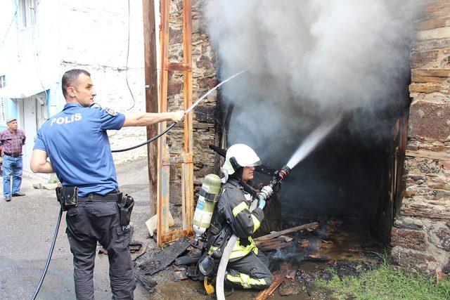 İki katlı müstakil evde yangın