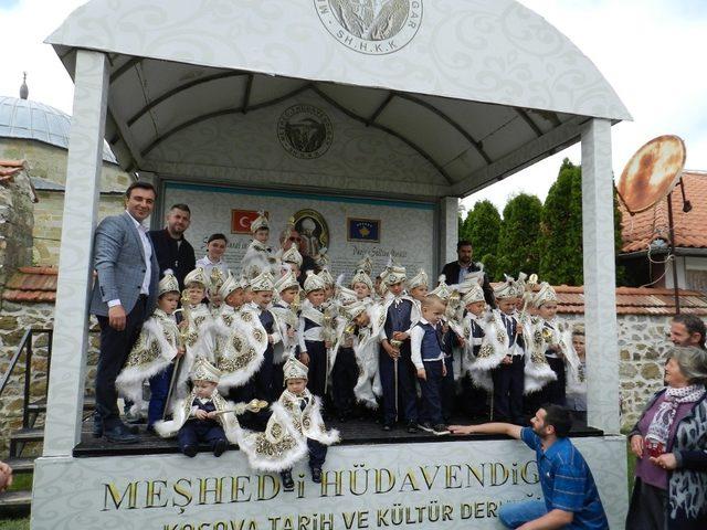 Kosova'da sünnet çocukları Sultan Murat Hüdavendigar Türbesi'ni ziyaret etti