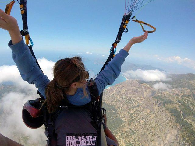 İngiliz güzel, Babadağ'dan yamaç paraşütü ile atlayış yaptı