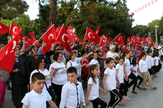 Burdur'da öğrenciler ve vatandaşlar Atabarı oynadı