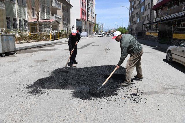 Tahrip olan yollar onarılıyor