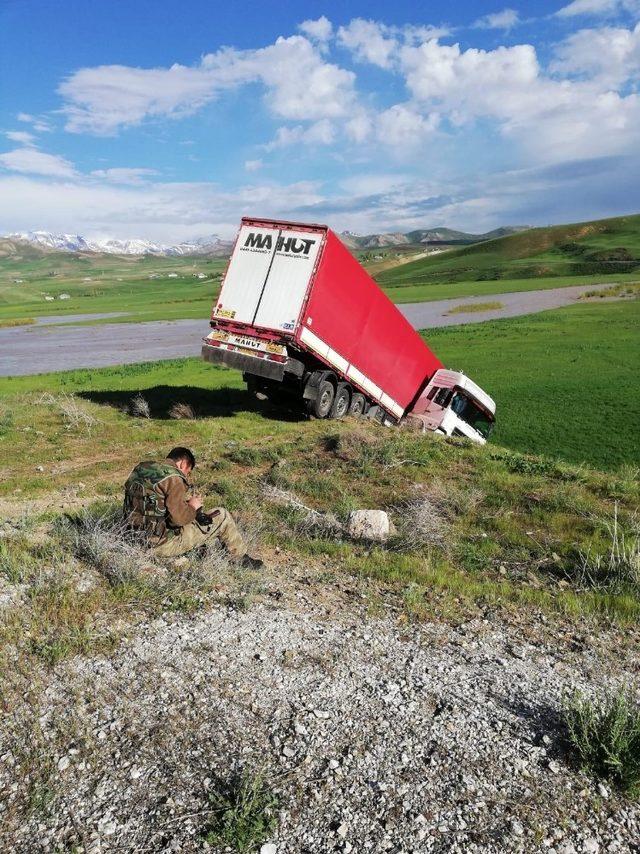 Yüksekova-Van karayolunda iki kaza
