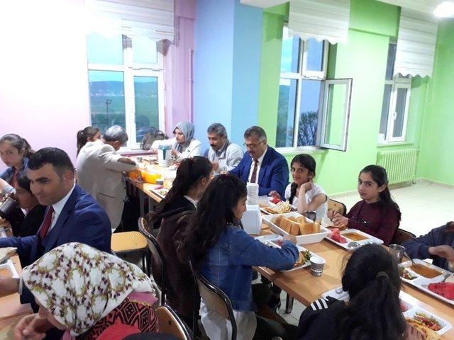 Müdür Tevke, YBO öğrencileriyle iftar açtı