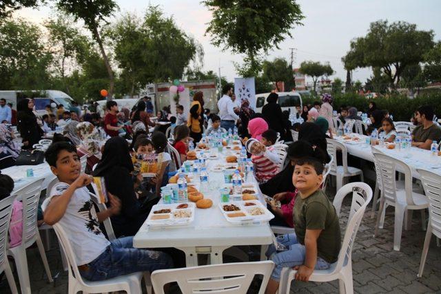 Yüreğir'de her gün binlerce kişi iftar sofrasında buluşuyor