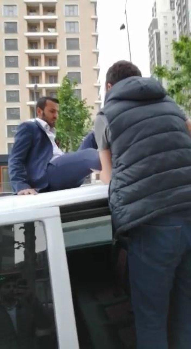 Uber sürücüsü aracının tavanı üzerinde gözaltına alındı