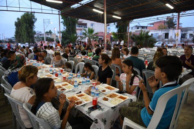 Çiğli'nin mahallelerindeki iftar sofralarına onlarca kişi katılıyor