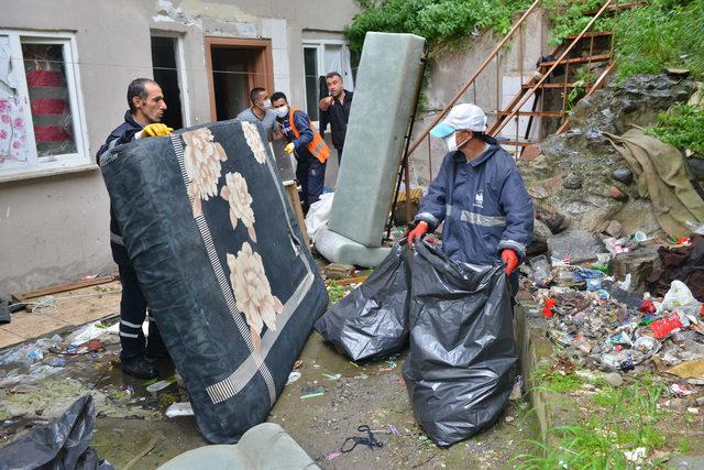 Bursa'da kötü koku gelen evden 3 ton çöp çıktı