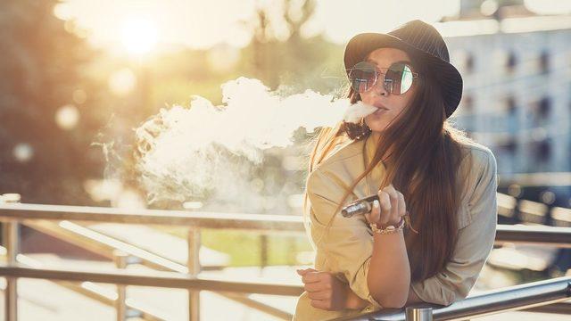 Geleneksel sigaralar kadar zararlı olmasa da, elektronik sigaraları gençlere pazarlayan şirketler tepki çekti.
