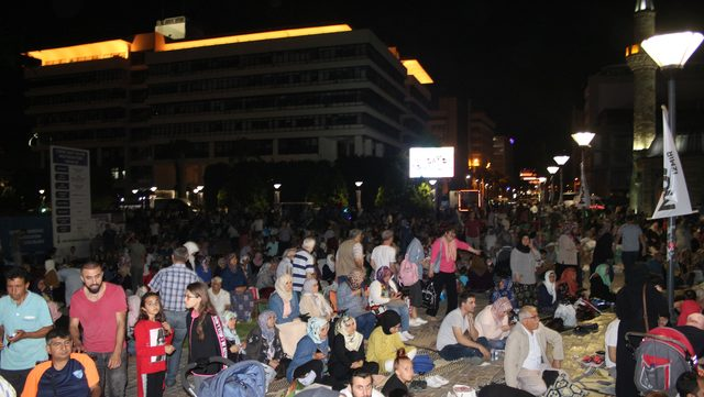İzmir'de, binlerce kişi birlikte iftar yapıp, namazlarını kıldı