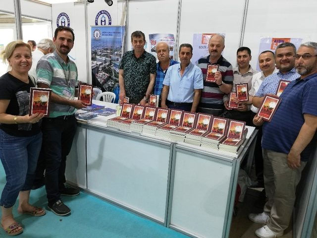 Bekir Aygül, yeni kitabı 'Çadırın Gözü, Yeniden Doğuş'u okuyucuları için imzaladı