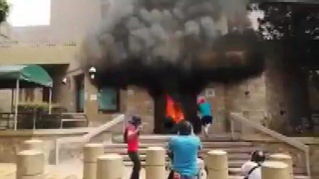hondurasta-protestocular-abd-elcilik-binasi-girisinde-lastik-yakti_7122_dhaphoto4
