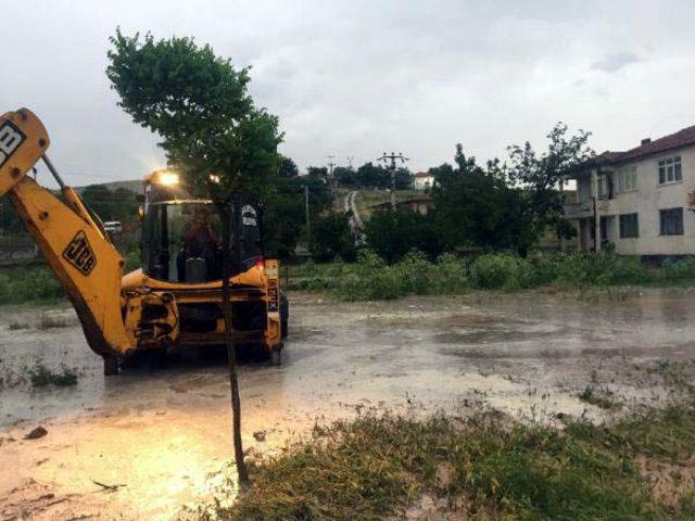 Kırıkkale'de yağmur caddeleri suyla doldurdu (2)