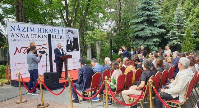 Nazım Hikmet, Moskova'da mezarı başında anıldı
