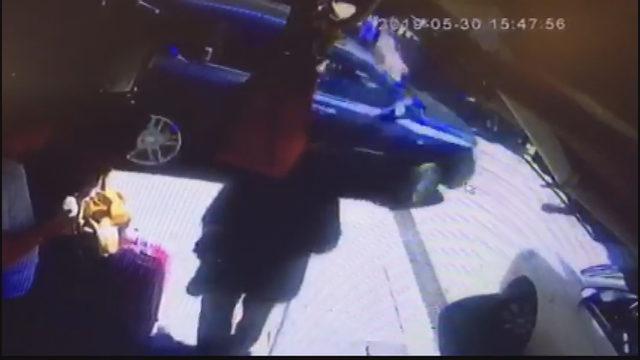 Fatih'te otomobilin İsviçreli gazeteciye çarpma anı kamerada