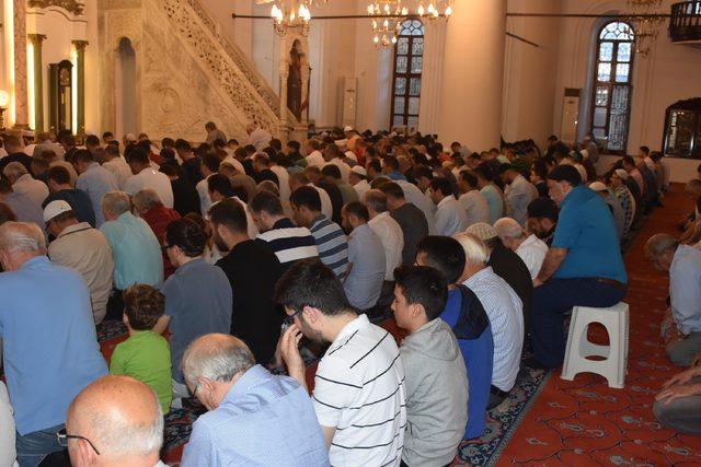 İzmir'de bayram namazında camiler doldu taştı