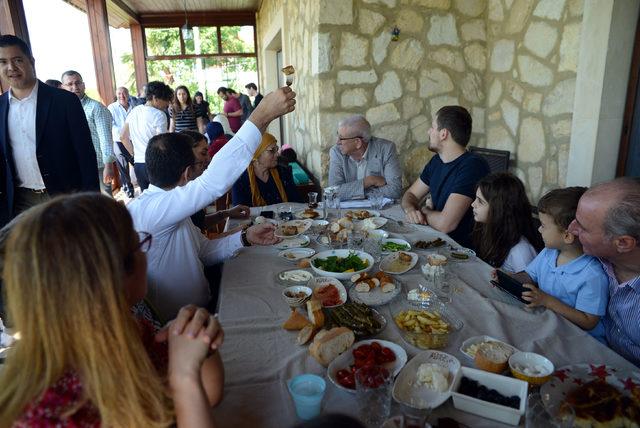 Ekrem İmamoğlu baba evinde bayram kahvaltısı yaptı
