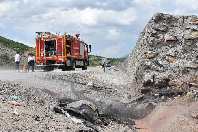 Duvara çarpan otomobil devrildi: 1 ölü 1 yaralı