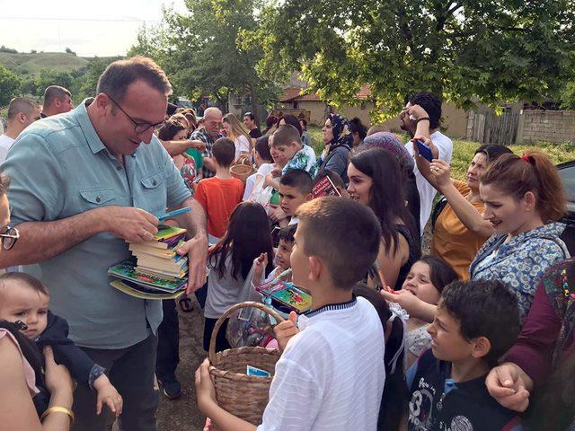 Çocuklara bayram şekeri yerine kitap dağıttı