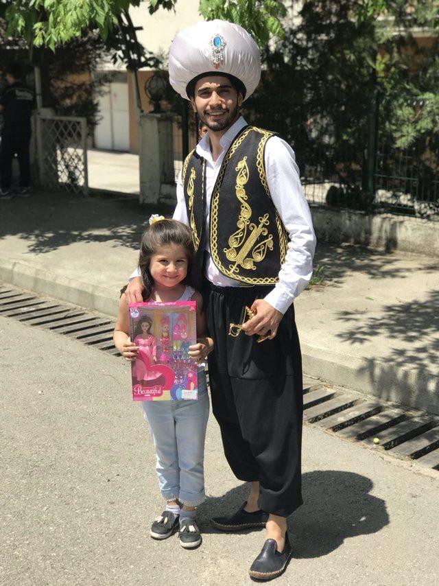 Alaaddin'in sihirli lambasıyla 25 çocuğu sevindirdi ile ilgili görsel sonucu