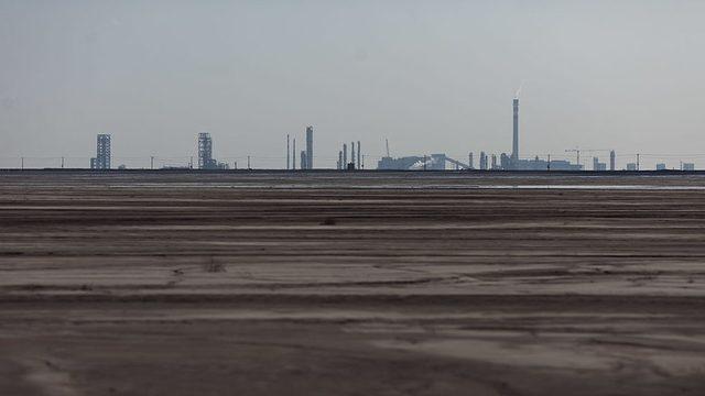 Gobi Çölü yakınlarındaki Bautou kentinde kurulu fabrikalarda nadir toprak elementleri işleniyor. Fabrikaların atık suları yakınlardaki göle dökülüyor. Gölün suyu tamamen siyaha dönmüş durumda ve çevreci gruplar, fabrika faaliyetleri nedeniyle bölgede radyasyonun yükseldiğini, kanser vakalarının arttığını söylüyor.