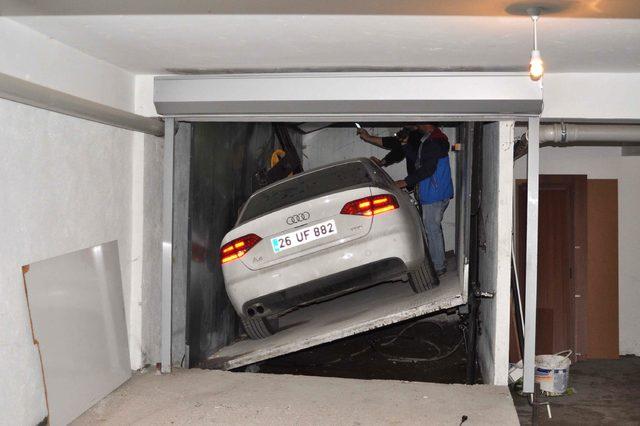 Araç asansöründe kalan otomobilini 3 yıl sonra çıkardı