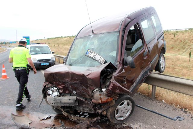 Gaziantep'te hafif ticari araçlar çarpıştı: 4 yaralı
