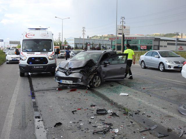 Yolcu otobüsü kırmızı ışıkta 7 araca çarptı: 7 yaralı