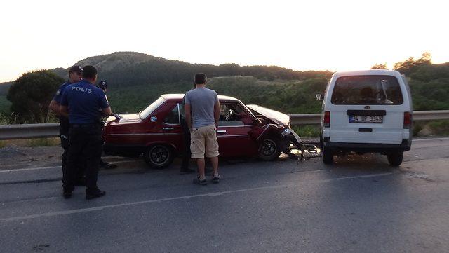 (Özel) Maltepe'de minibüs ve otomobil çarpıştı: 2 yaralı
