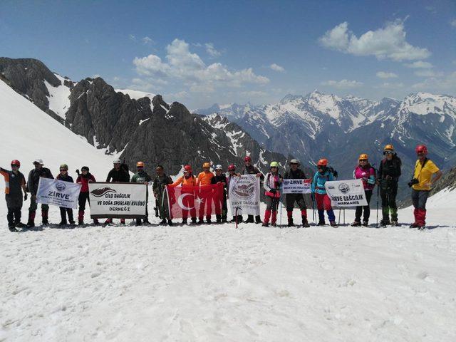Bayramda, 4 bin 135 rakımlı Cilo-Sat Dağları'na tırmandılar