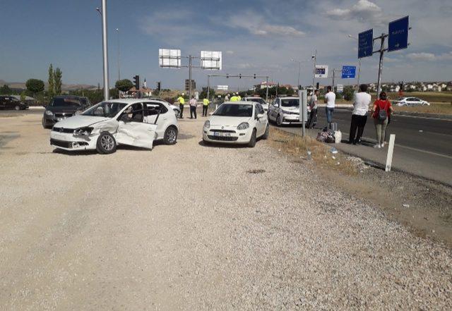 Elazığ'da iki otomobil çarpıştı: 4'ü çocuk 10 yaralı