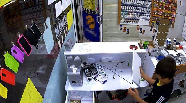 3 saniyede kapısını açtığı dükkandan 40 lira çaldı