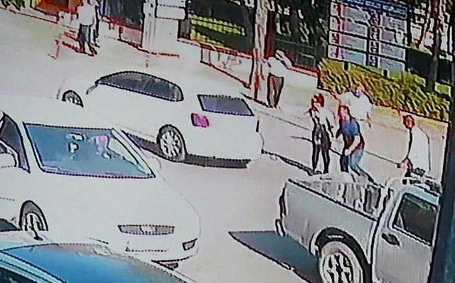 Otomobilin anne ve kızına çarpma anı kamerada